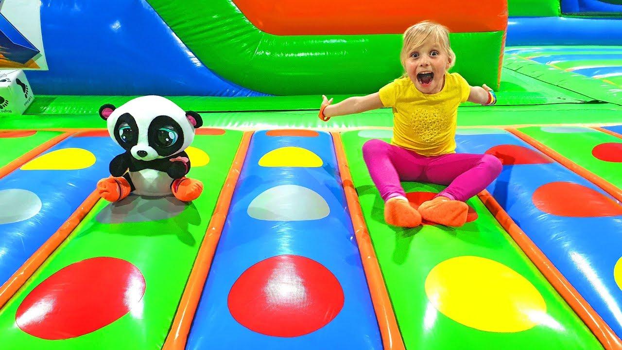 Алиса и друзья развлекаются на детских площадках
