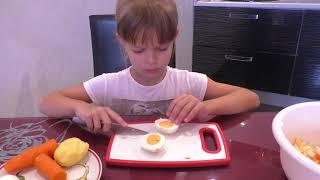 Оливье салат Болеем  картошка фри чистим яйца быстро корнишоны майонез уральские пельмени