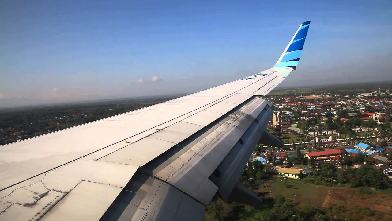 garuda indonesia pk gei landing at syamsudin noor airport in banjarmasin youtube