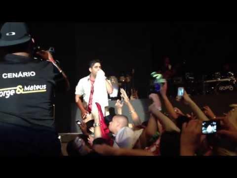 Show Jorge e Mateus 25/04: Jorge coloca a camisa DeMolay no Palco