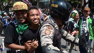 Download Video Aparat Pulangkan Ratusan Bonek Dari Bali Ke Surabaya MP3 3GP MP4