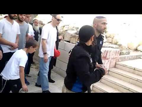 צפו: ילדים יהודים משתחווים בהר הבית ומעוכבים על ידי המשטרה