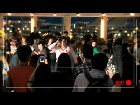 S'porean Proposes With Flash Mob At MBS