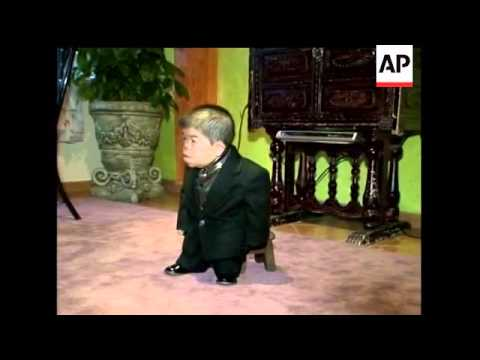 24-year-old Edward Nino Hernandez of Bogota, Colombia is now the world's shortest mobile man. The Gu