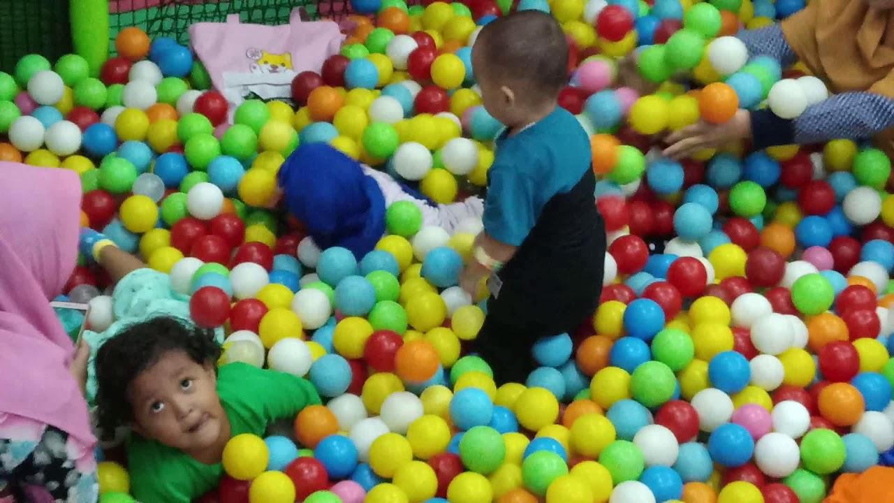 Bermain mandi bola, perosotan dan lompatan di playground ...