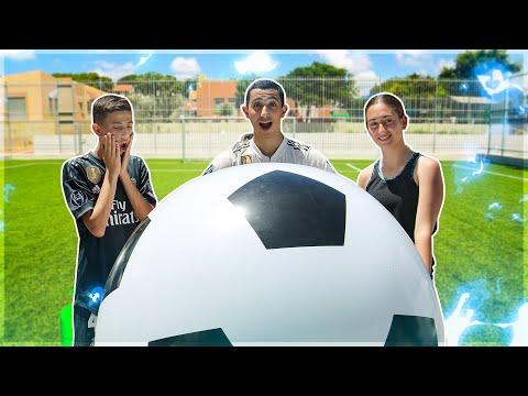 שיחקנו עם כדור הכדורגל הכי גדול בעולם! (מצחיק בטירוף)