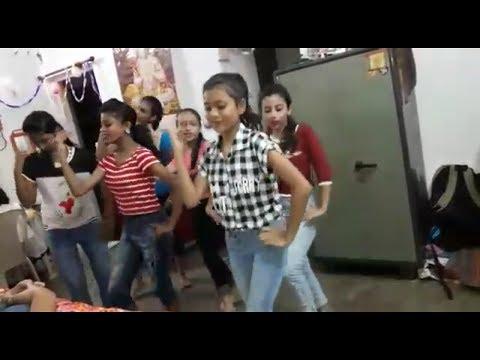 खेसारी लाल की बेटी और उसके सहेली खेसारी लाल के गाने पर डांस सीखते हुए। मिलते मरद हमके भूल गाईलु ।