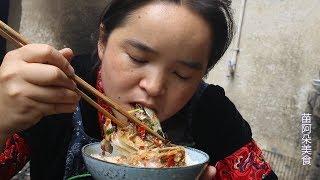 苗大姐智商太低,煮了半锅鱼头,一碗米饭泡汤吃
