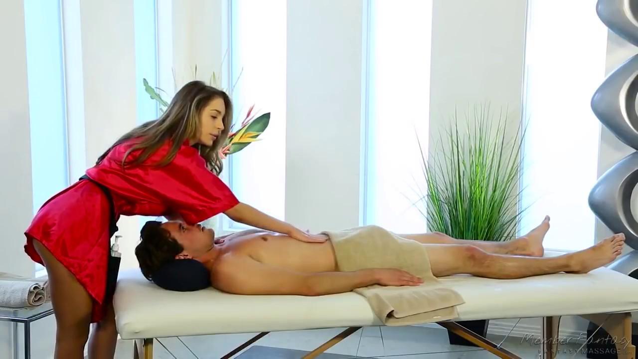 большой кровати массаж спины делает мужчина как его соблазнить шансам