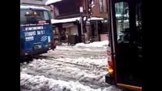 東武バスが大雪でスタック。回送バスに牽引され脱出!