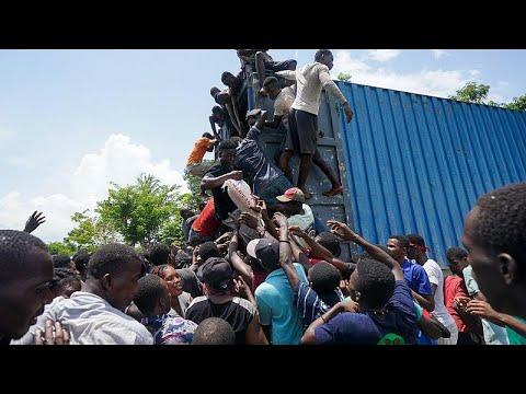 Una multitud desesperada asalta camiones de la ayuda humanitaria en Haití
