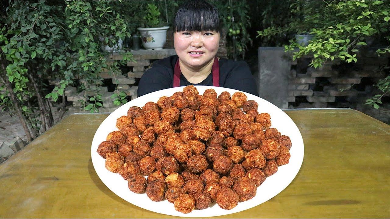 """【陕北霞姐】2斤猪肉3斤豆腐,做家常""""炸丸子"""",烩上粉汤更过瘾,三个弟弟抢着吃!"""