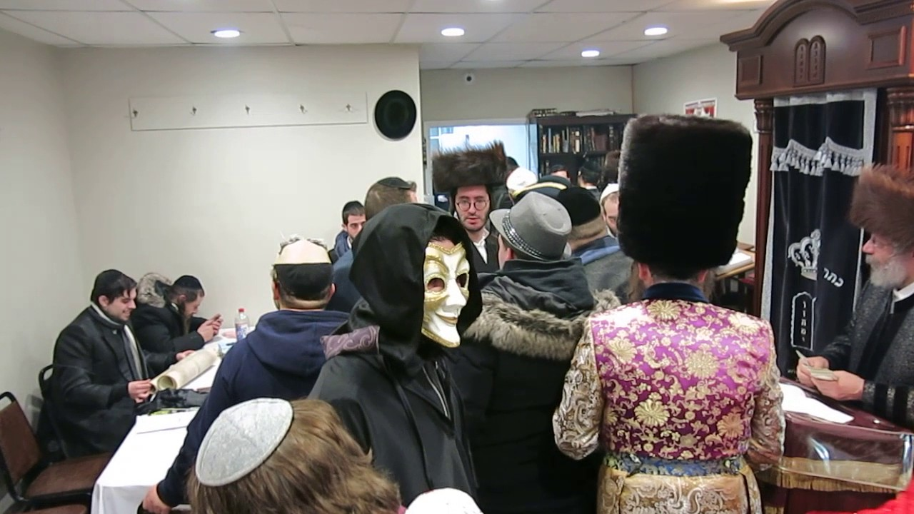 purim in niklesburg the rebbe giving out money after magila reading full vidoe part 2