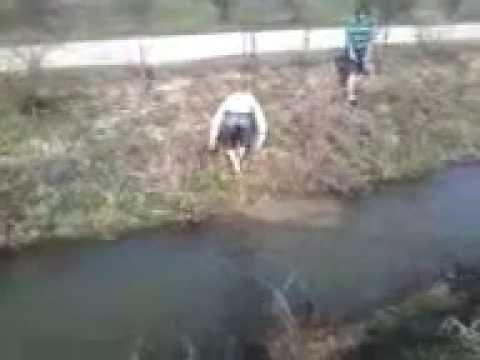 un nebun care sare in canal