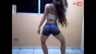 Novinha dançando Funk desce até o chão