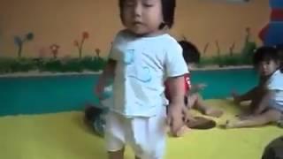 طفل يكافح النوم