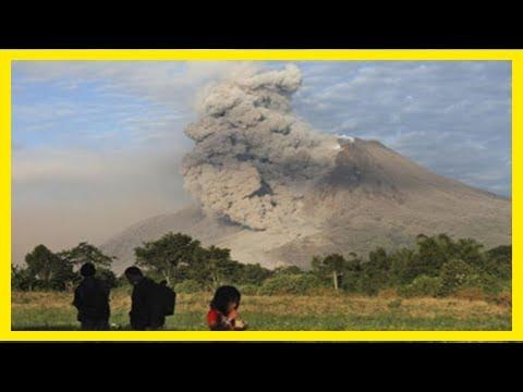Breaking News | Over 120,000 flee rumbling bali volcano