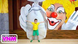 Vlad và Nikita có một ngày vui vẻ trong Bảo tàng ảo ảnh và công viên Khủng long