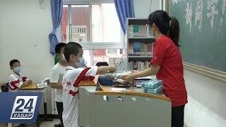 Тест на коронавирус сдают студенты перед началом учебного года в Китае