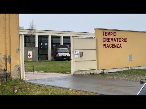 В крематории итальянской Пьяченцы устанавливают аварийные холодильники из-за COVID-19