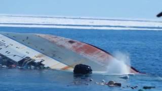 Скачать Ужас Люди борются за свою жизнь Корабль тонет посреди моря Sinking Ship At Sea