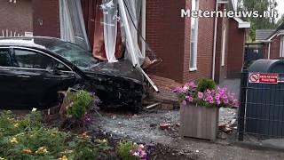 Auto rijdt woning binnen in Ter Apel