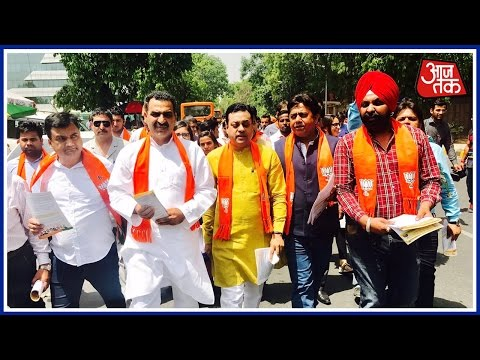 MCD Polls 2017: BJP's Spokesperson Sambit Patra Campaigns In DTC bus