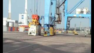 Le-Havre01 loading containers and pilot