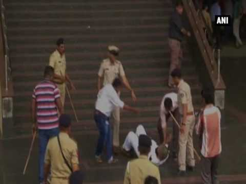Watch: Police baton charge cloth merchants protesting against GST - ANI News