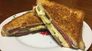 Простой рецепт горячего сэндвича с сыром Бутерброд с сыром и колбасой
