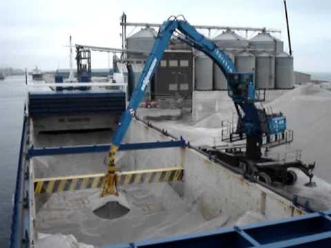 SENNEBOGEN - Ship Loading: 870 Material Handler unloading special gravel, UK
