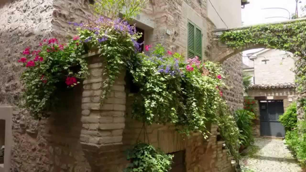 Узкие улочки Ассизи  Италия  фото