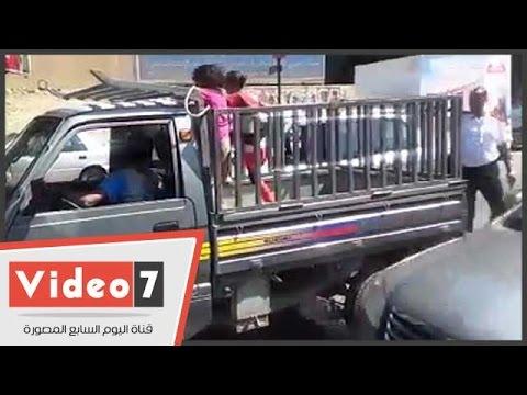 اليوم السابع : بالفيديو..شاهد ماذا فعل رجل مرور مع سائق يحمل طفلين بصندوق سيارة ربع نقل؟