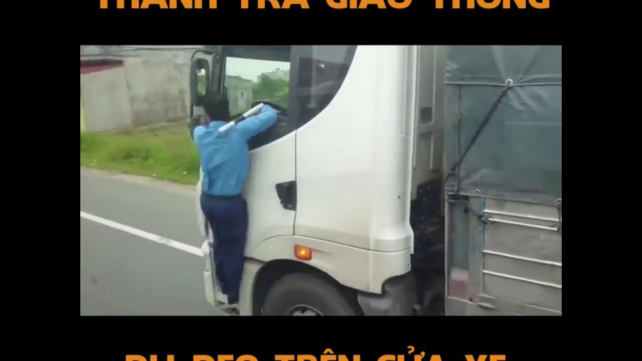 Thanh tra giao thông bám vào cửa xe tải, tài xế vẫn nhấn ga lao vun vút