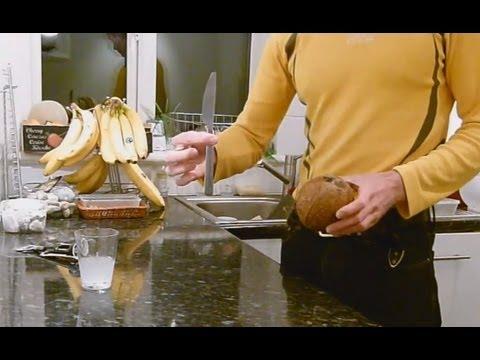 Как раскрыть кокос в домашних условиях видео