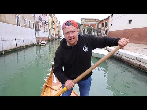 trying-to-drive-a-gondola-in-venice,-italy