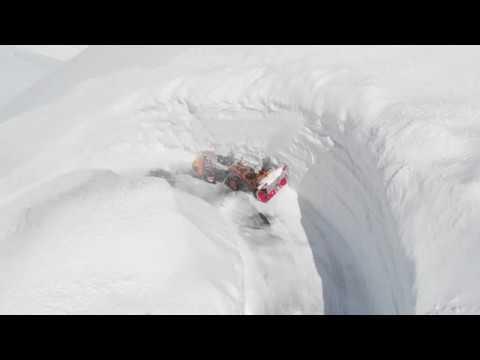 Mezzi al lavoro tra metri e metri di neve