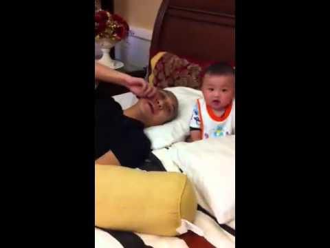 Sỹ Phong massage mặt cho Bố ( em 6 tháng rưỡi)