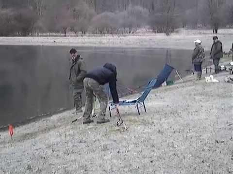 Le signe de tête improvisé pour la pêche de vidéo