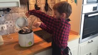 Как приготовить острые куриные крылышки дома во фритюрнице. Дети готовят еду сами без родителей.
