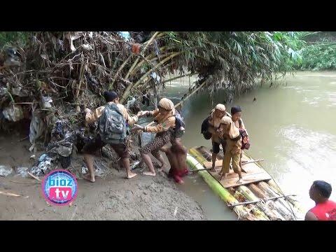 jejak-dramatis-pelajar-trenggalek-pergi-sekolah-seberangi-sungai-naik-pohon-pisang---bioz.tv