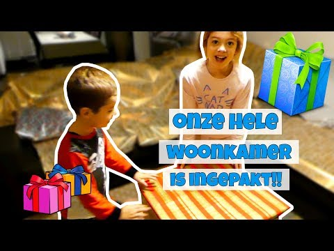 KERST PRANK:  HELE WOONKAMER INPAKKEN MET CADEAU PAPIER !! Broer en Zus TV VLOG #96