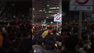 박근혜 탄핵 전 촛불집회의 인구밀도____ 팔움직이기 힘들정도