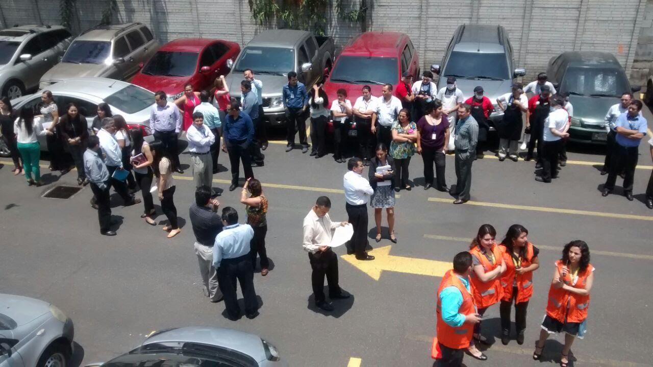 Simulacro por sismo en oficinas centrales de walmart for Oficinas de youtube mexico