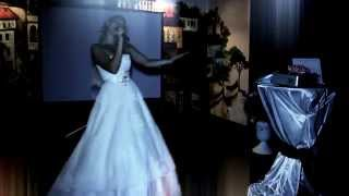 Невеста поет трогательную песню на свадьбе.