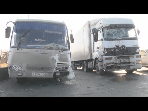 Саратовский автобус и фура из Челябинска не поделили въезд в Екатеринбург