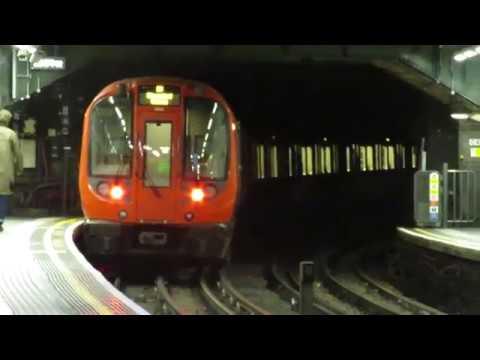 Londoni metró: S Stock indul Notting Hill Gate megállóból