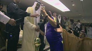 الملك سلمان يتحدث الانجليزية مع الحكام و هيجيتا يلتقط سيلفي معه !!