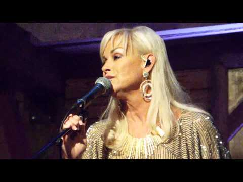 Lorrie Morgan - Carrying Your Love With Me ( Live From The Woodlands)