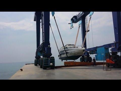 Enorme gru da cantiere navale alza fino a 500 tonnellate cala in mare un yacht